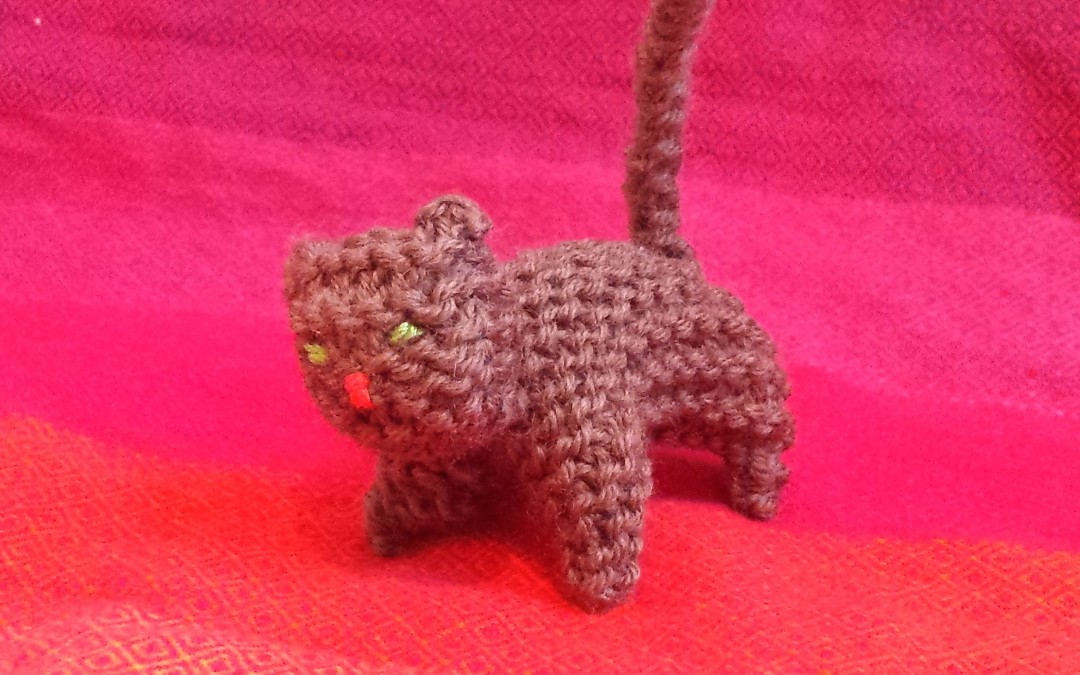 A little knitted cat you can make in a day